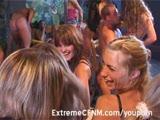 סטודנטיות בלונדיניות צעירות במסיבה במועדון חשפנות