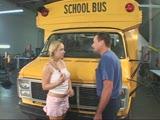 זיון תלמידה ליד אוטובוס בית ספר