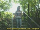 צעירה שווה מתפשטת כבר במדרגות