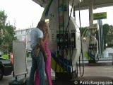 שווה בורוד מקבלת בתחנת דלק