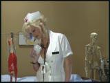 בלונדינית מוצצת ועושה עבודת יד למטופל